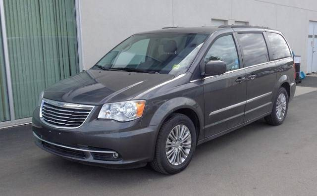 2016-Chrysler-Town--Country-
